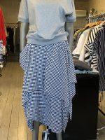 ボリュームのあるスカートにはシンプル過ぎないカットソーを