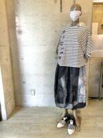 慈雨のスカートなど大胆なスカートをふだんに着るコーディネート